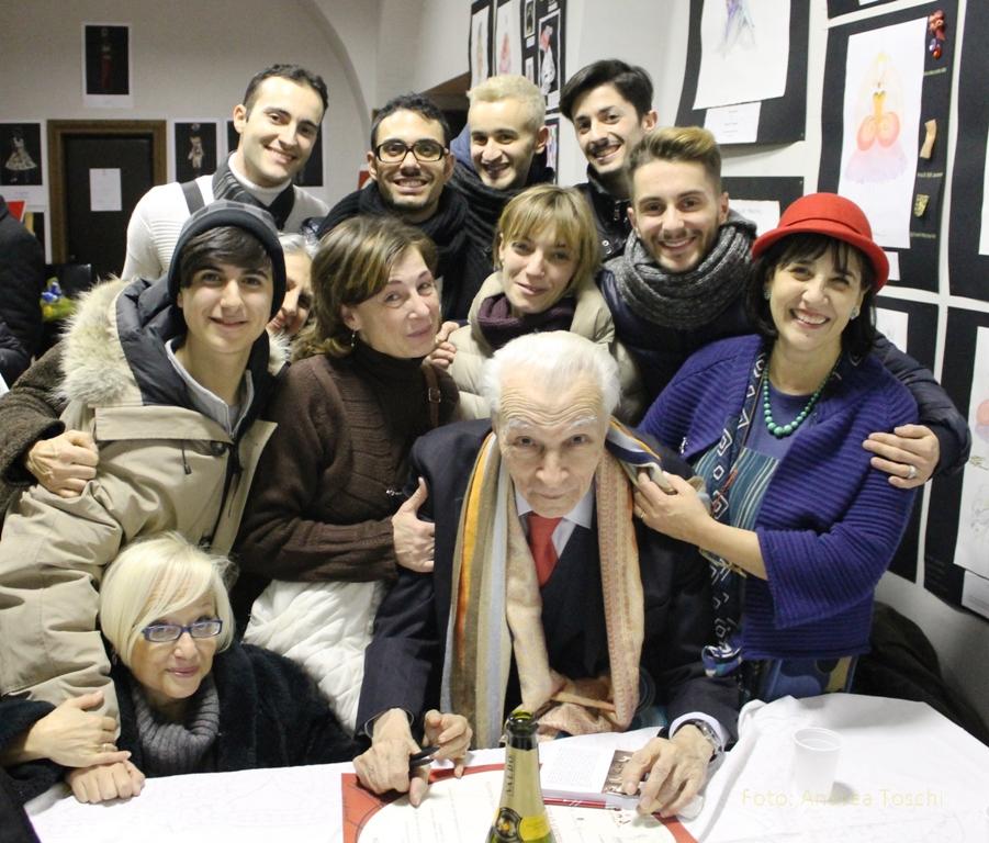 L 39 omaggio ad alberto testa foto di gruppo con signore for Alberto pastore